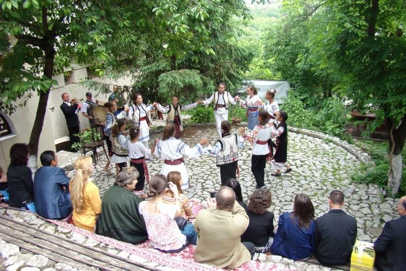 """""""Zâmbete în grădina copilăriei"""" - Lansare de carte si spectacol artistic, 01 iunie2013 Bojdeu40"""