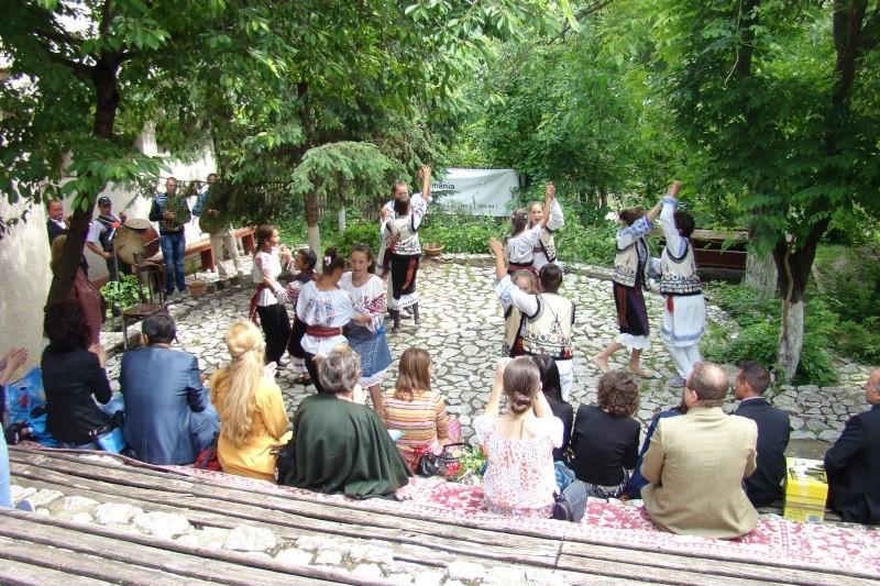 """""""Zâmbete în grădina copilăriei"""" - Lansare de carte si spectacol artistic, 01 iunie2013 Bojdeu41"""