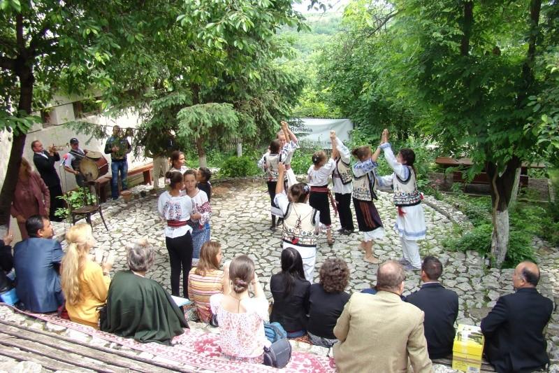 """""""Zâmbete în grădina copilăriei"""" - Lansare de carte si spectacol artistic, 01 iunie2013 Bojdeu42"""