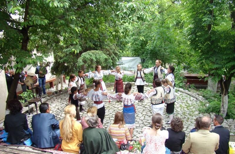 """""""Zâmbete în grădina copilăriei"""" - Lansare de carte si spectacol artistic, 01 iunie2013 Bojdeu44"""