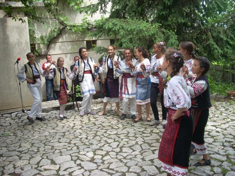 """""""Zâmbete în grădina copilăriei"""" - Lansare de carte si spectacol artistic, 01 iunie2013 Bojdeu45"""