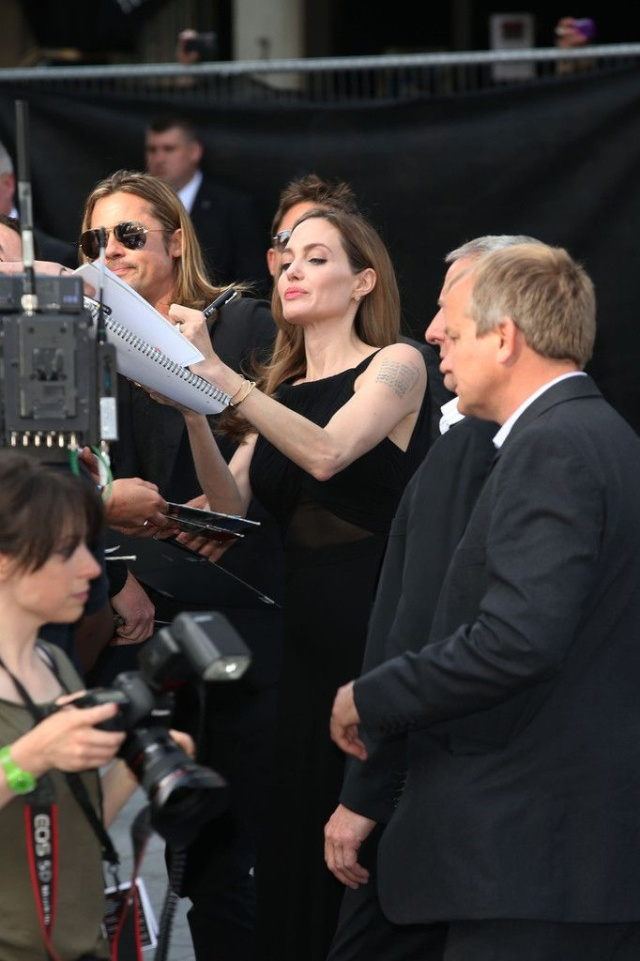Brad and Angelina at World War Z Premiere..Leicester Square, London..June 2nd, 2013 - Page 3 00020111