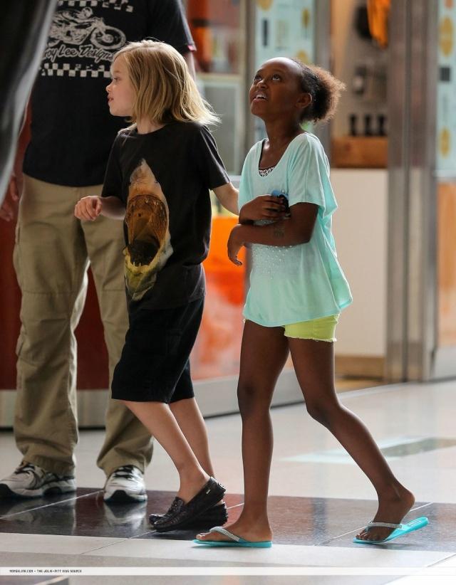 Shiloh and Zahara shopping in New York...June 18th 2013 00133218