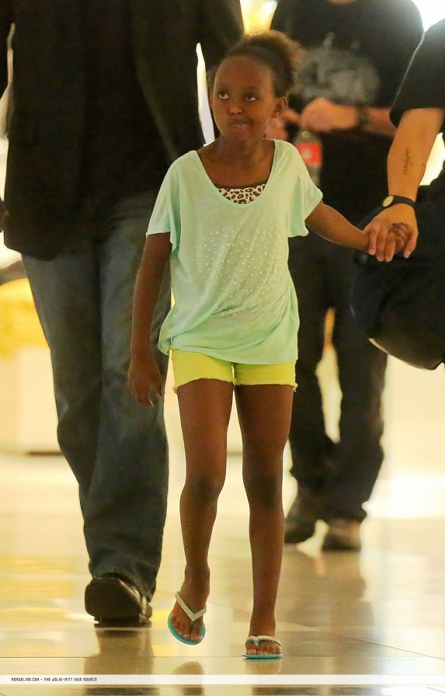 Shiloh and Zahara shopping in New York...June 18th 2013 01_cop13