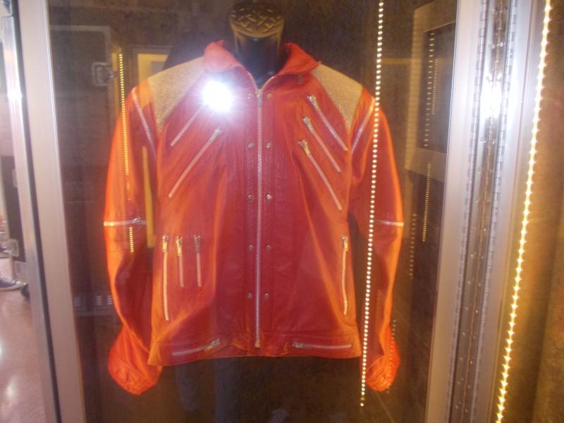 Giacca di Beat It e annuario scolastico di MJ in mostra a Milano e Venezia Dscn3711