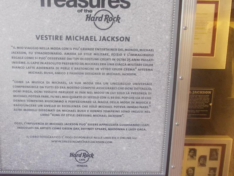 Giacca di Beat It e annuario scolastico di MJ in mostra a Milano e Venezia Rscn3810