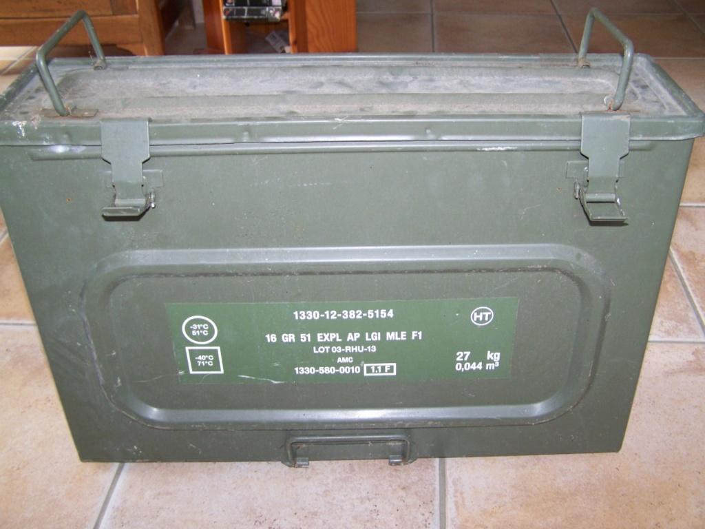 caisse de grenades à la déchetterie 00157