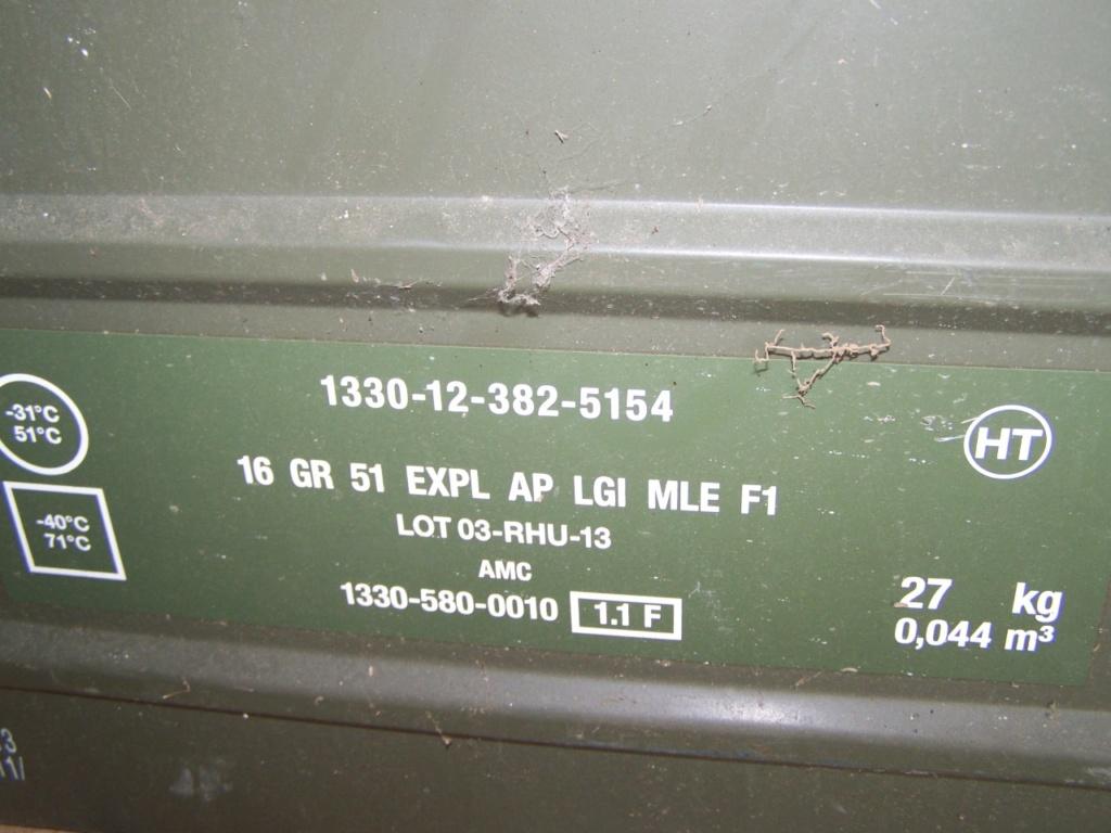caisse de grenades à la déchetterie 00360