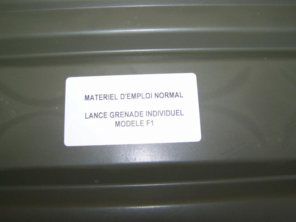 caisse de grenades à la déchetterie 00547