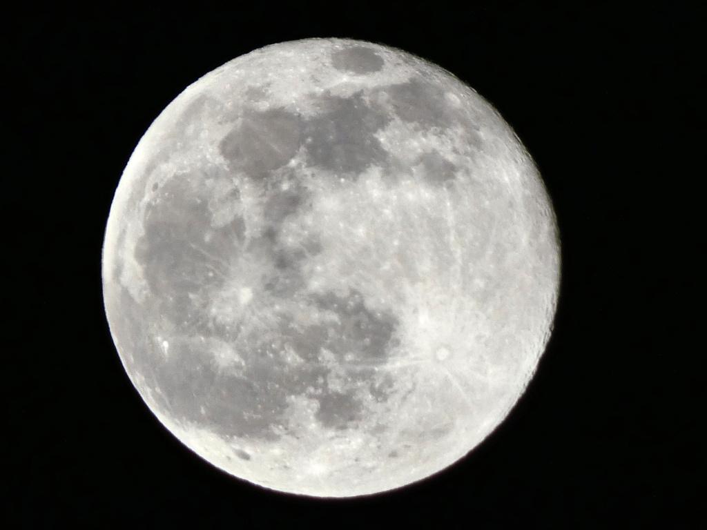 Quelques clichés de la Lune P1090617