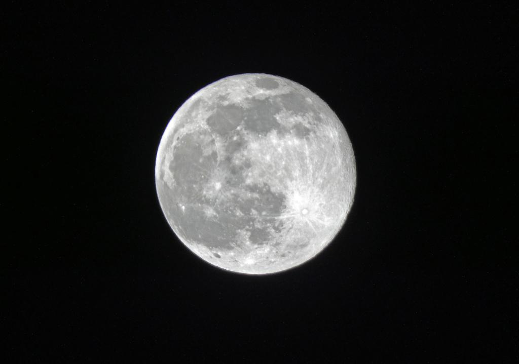 Quelques clichés de la Lune P1090618