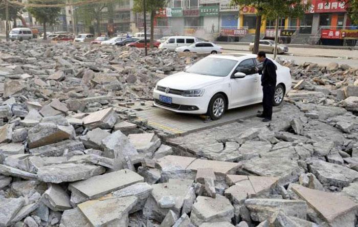 Kinezi harron dhjetë ditë makinën në parking, e gjen mes rrënojave të tij. Makina18