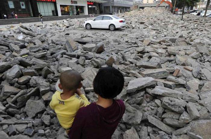 Kinezi harron dhjetë ditë makinën në parking, e gjen mes rrënojave të tij. Makina19