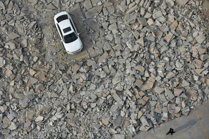 Kinezi harron dhjetë ditë makinën në parking, e gjen mes rrënojave të tij. Makina20