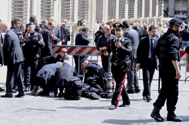 Palazzo Chigi: 2 carabinieri gravemente feriti da una sparatoria Confus10
