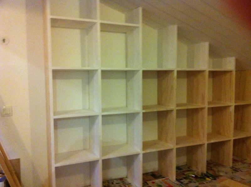 Une bibliothèque en soupente Deibut10