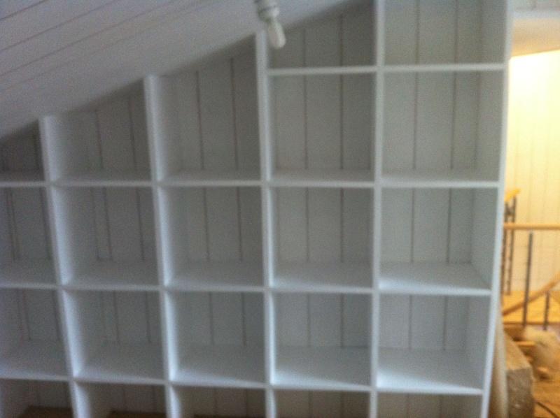 Une bibliothèque en soupente Mur_dt10