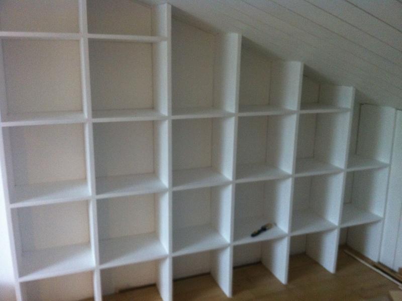 Une bibliothèque en soupente Mur_g_10