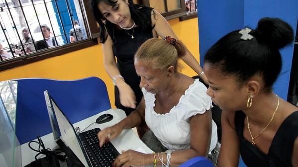 'Se navega bien, pero está bien caro', dicen los primeros usuarios de los cibercafés Cuba_t10