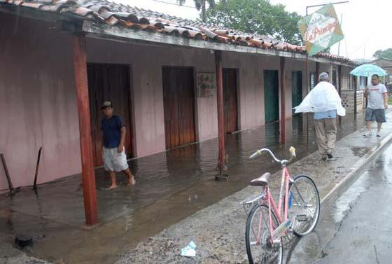 Luvias dejan incomunicado poblado del oeste cubano Intens15