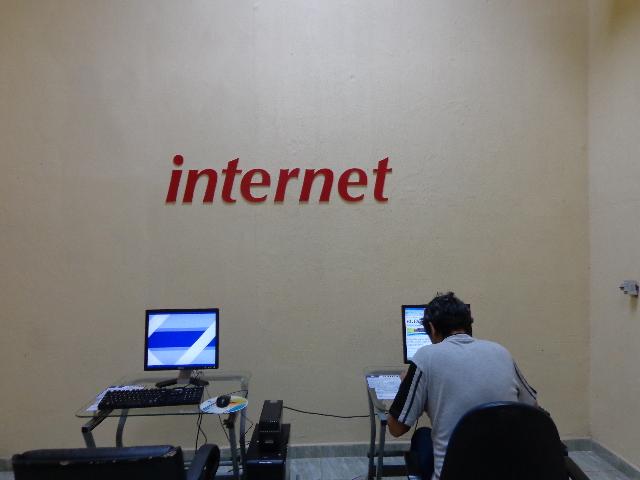 'Se navega bien, pero está bien caro', dicen los primeros usuarios de los cibercafés Machor11