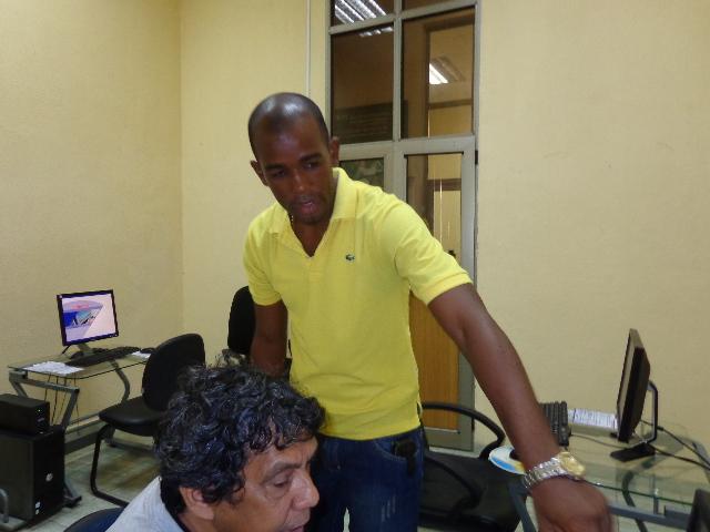 'Se navega bien, pero está bien caro', dicen los primeros usuarios de los cibercafés Machor13