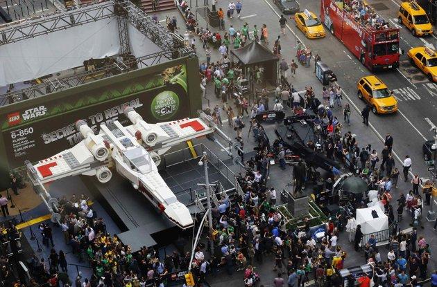 LEGO - X-Wing géant à New York 2013-010