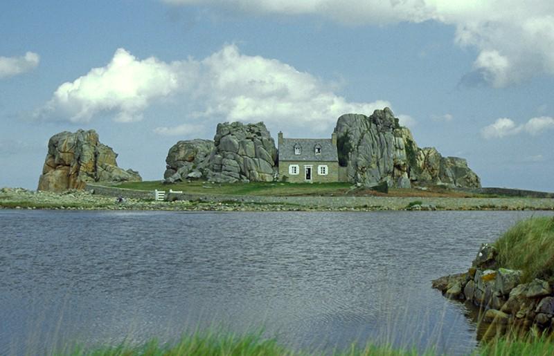 La maison entre 2 rochers - Plougrescant - Bretagne - France. 1986_p11