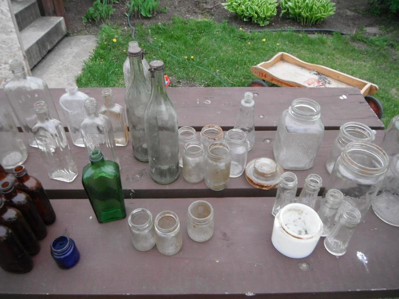 un ptit nouveau qui ramasse dla vitre en forme de bouteille 00413