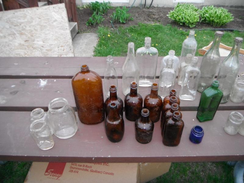 un ptit nouveau qui ramasse dla vitre en forme de bouteille 00512