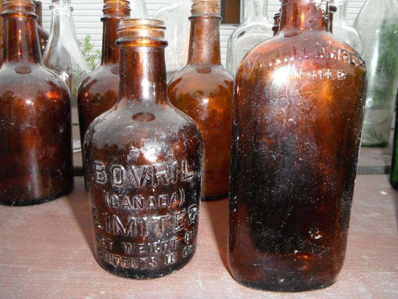 un ptit nouveau qui ramasse dla vitre en forme de bouteille 00614