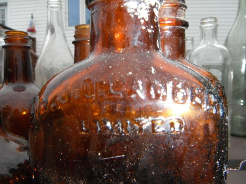 un ptit nouveau qui ramasse dla vitre en forme de bouteille 00712