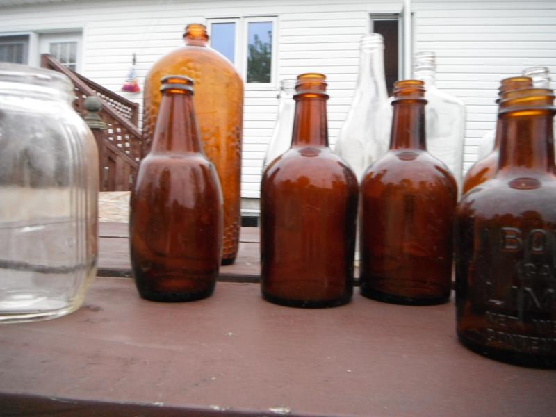 un ptit nouveau qui ramasse dla vitre en forme de bouteille 00810