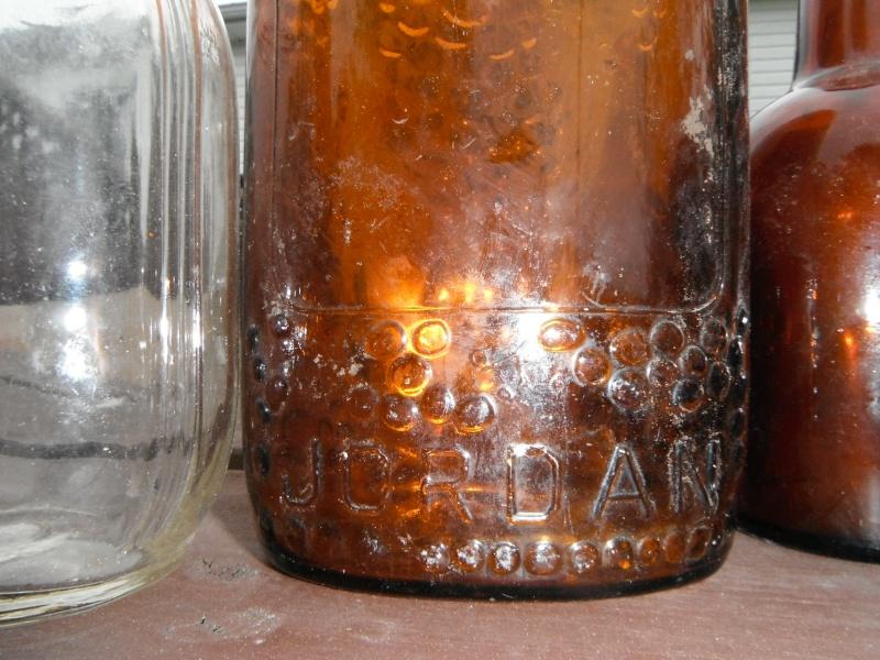 un ptit nouveau qui ramasse dla vitre en forme de bouteille 00910