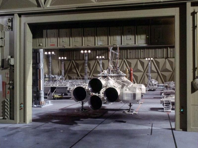 COSMOS 1999 : Hangar BAse Lunaire Alpha Eyhang23