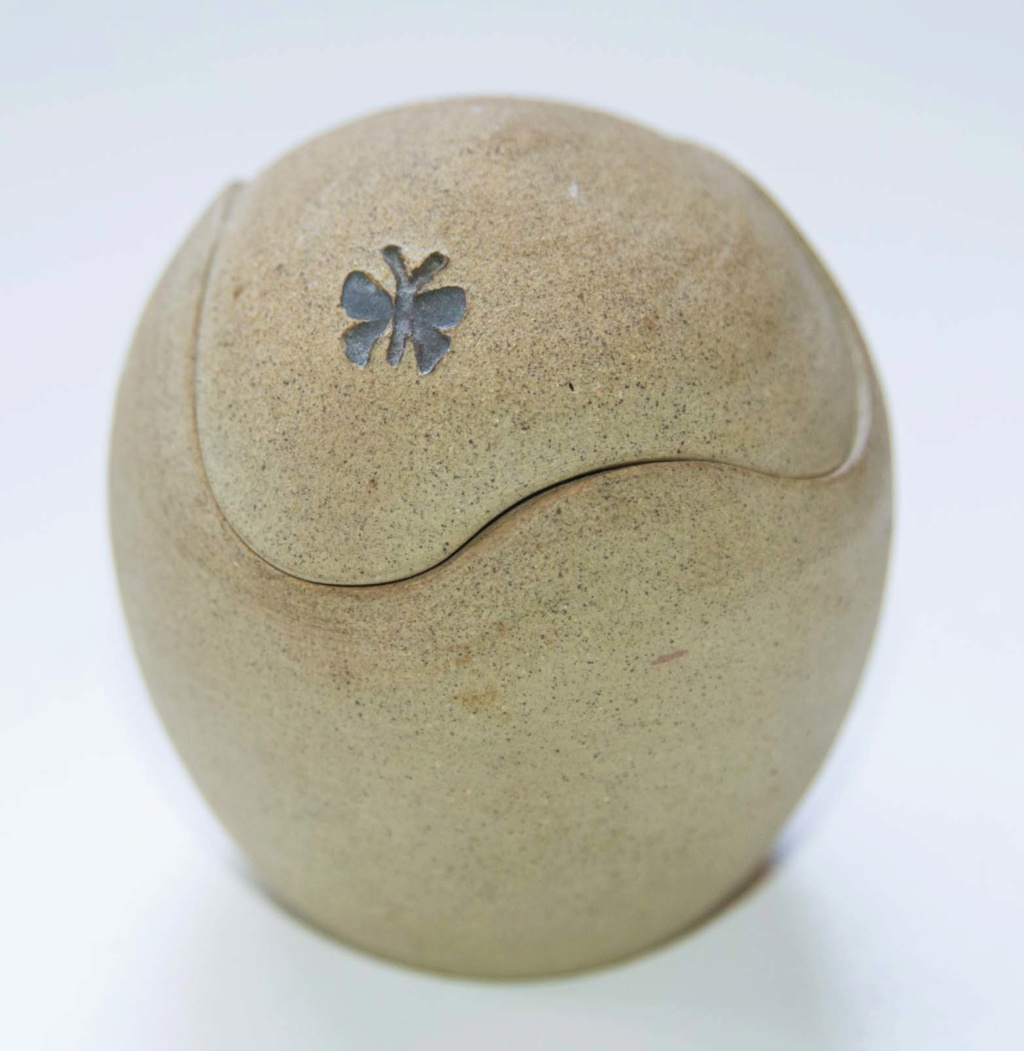 Egg Shaped Pot with Butterfly - can anybody please identify Egg_po10
