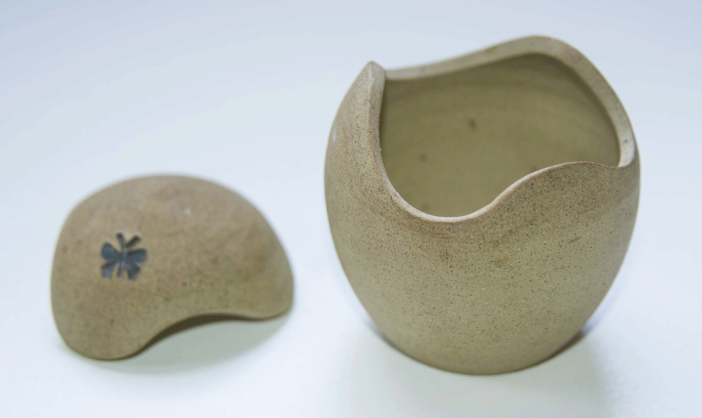 Egg Shaped Pot with Butterfly - can anybody please identify Egg_po12