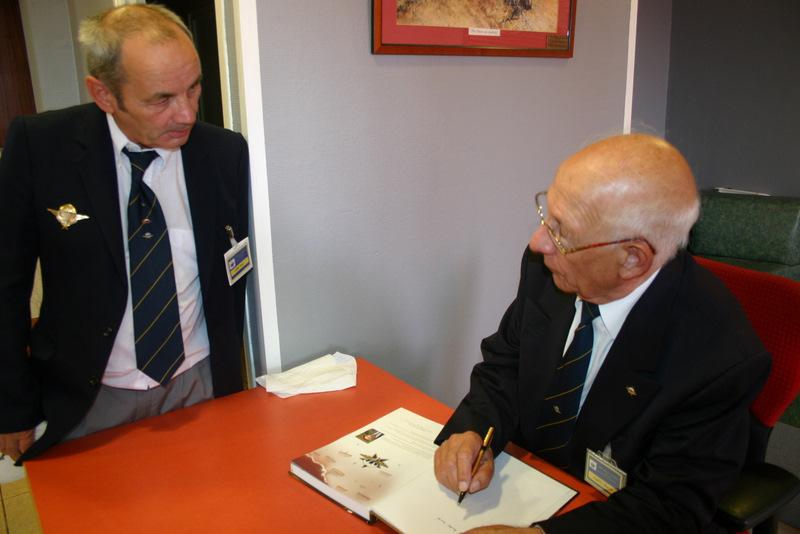Le général Party dédicasse son livre sur le 1er RCP Img_4221