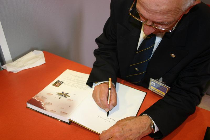 Le général Party dédicasse son livre sur le 1er RCP Img_4222