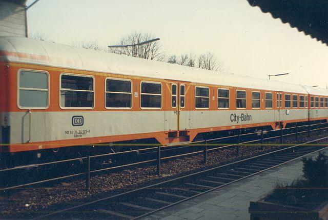 Die Diesellok der DB Baureihe 218 in CityBahn-Lackierung Ab_nrz10