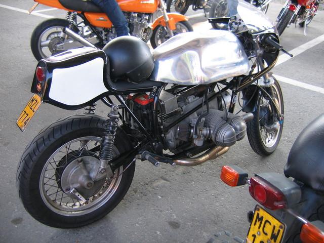 C'est ici qu'on met les bien molles....BMW Café Racer - Page 2 Img30110