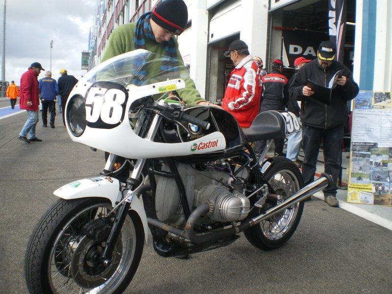 C'est ici qu'on met les bien molles....BMW Café Racer - Page 2 Imgp0810