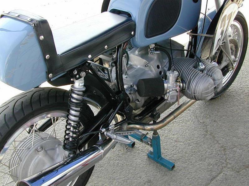 C'est ici qu'on met les bien molles....BMW Café Racer - Page 2 Mikuni10