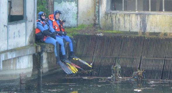 Hommage au Major de Gendarmerie de la brigade fluviale , noyé dans un tourbillon le Samedi 20 février 2016 à AMIENS dans la Somme . 20950110