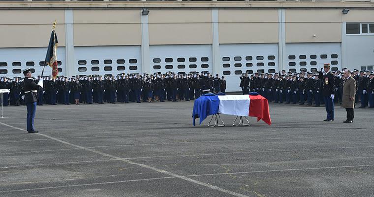 Hommage au Major de Gendarmerie de la brigade fluviale , noyé dans un tourbillon le Samedi 20 février 2016 à AMIENS dans la Somme . Hommag10