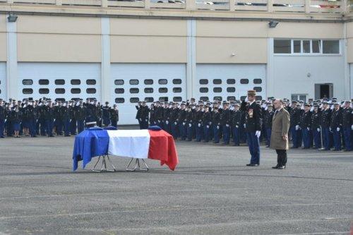 Hommage au Major de Gendarmerie de la brigade fluviale , noyé dans un tourbillon le Samedi 20 février 2016 à AMIENS dans la Somme . Honneu10