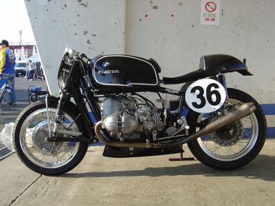 C'est ici qu'on met les bien molles....BMW Café Racer - Page 2 01810
