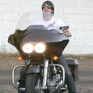 Mais qui monte cette moto ? - Page 3 Anthon10