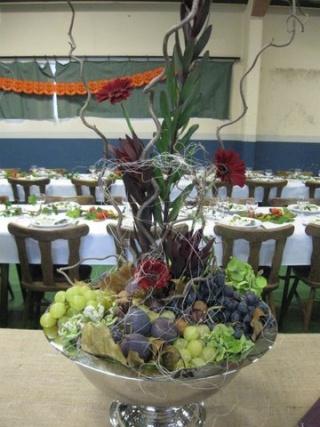Montage florale avec des raisins et des figues Img_1110