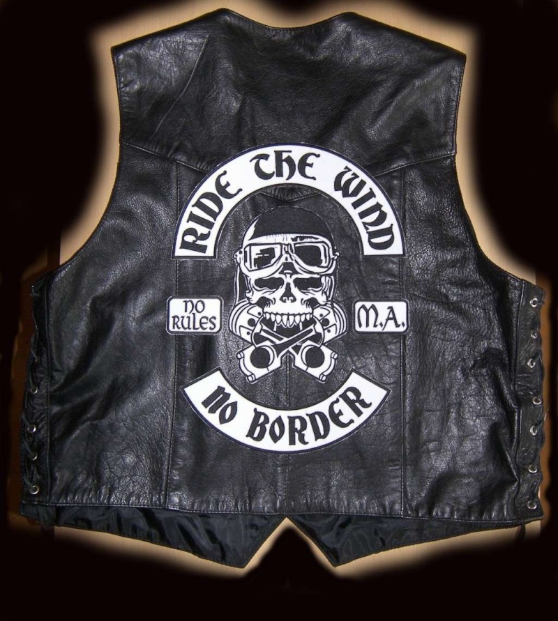 Couleurs des differents clubs de bikers - Page 6 100_4910